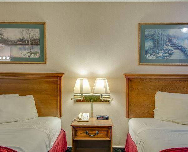 Vagabond Inn - Redding Two Queen Kitchenette