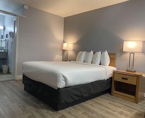 Vagabond Inn - San Luis Obispo Queen Bed