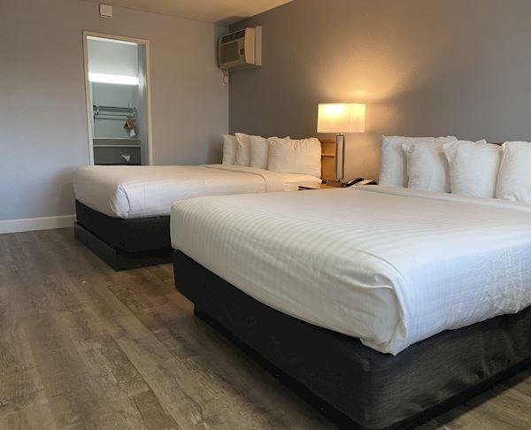 Vagabond Inn - San Luis Obispo Two Queen Beds