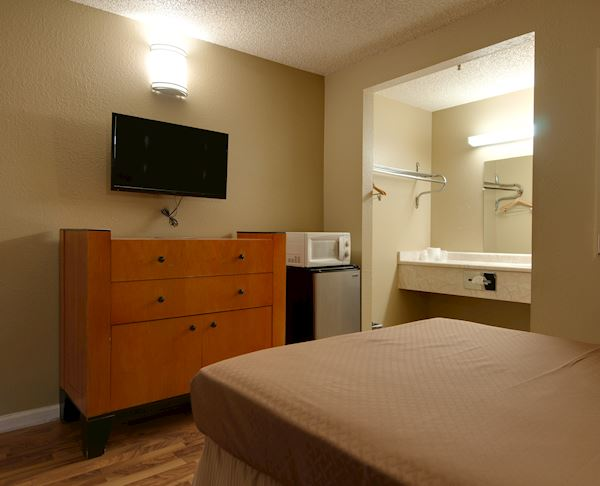Vagabond Inn - Bakersfield (North) Non-Smoking Premium Queen Bed