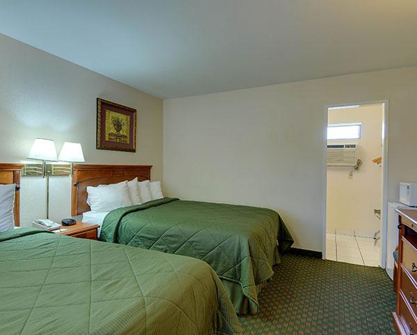Vagabond Inn - Chula Vista Queen Bed Kitchen