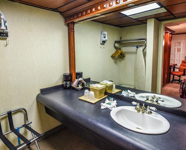 Vagabond Inn - Costa Mesa N/S VIP Room