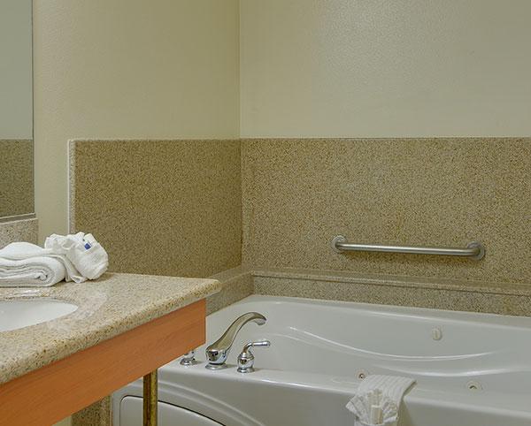 Vagabond Inn - Hacienda Heights King with Spa