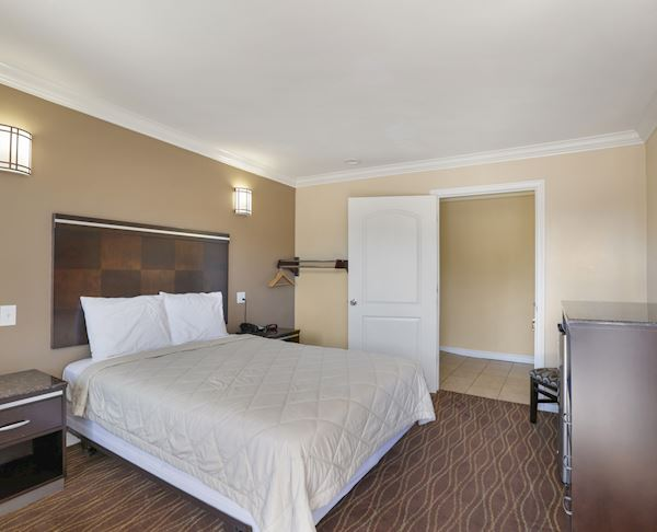 Single Room - 1 Queen Size Bed Accessible