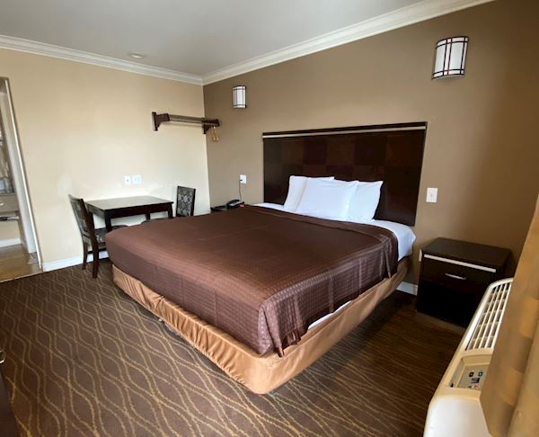 Deluxe Room - 1 King Bed w/Hot Tub