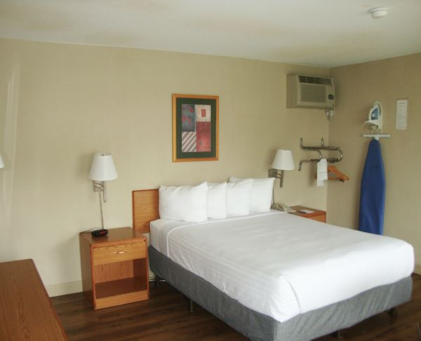 Vagabond Inn - Oxnard ADA Accessible - Queen Bed