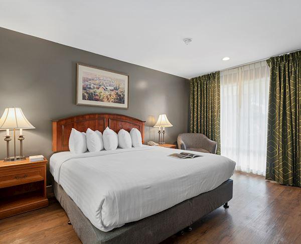 Vagabond Inn - Ventura King Bed