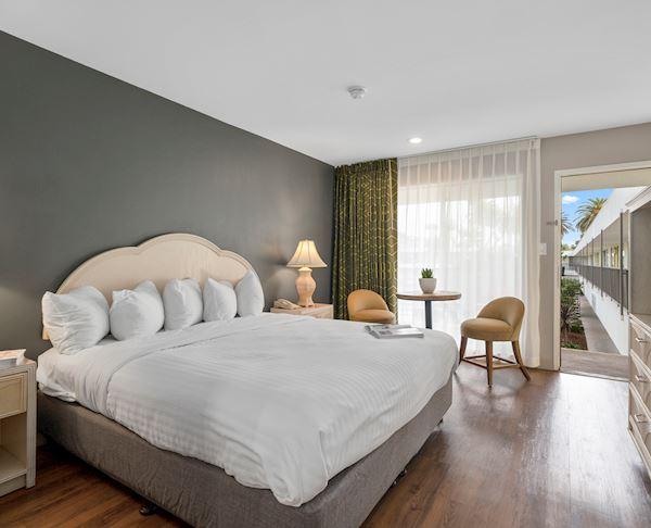 Vagabond Inn - Ventura Two Rooms Suite, King, Bunk beds, 2 TVs